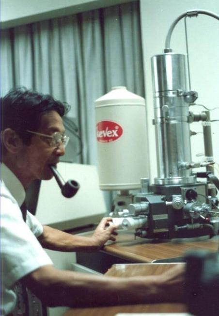 Figura 2 Mitsuo Ogura en su laboratorio.png