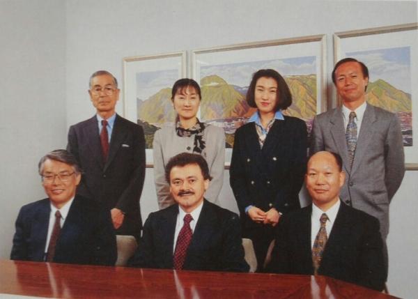 Para la comercialización de la Orimulsión en Japón, la empresa venezolana Bitor (Bitumenes del Orinoco) realizó una alianza con Mitsubishi Corporation y formó la empresa Mitsubishi Corporation-Bitor Limited (MC Bitor). De izquierda a derecha: Toshio Ogawa, Emi Saeki, Mio Ishihara, Takatoshi Osawa. Sentados: Masayaki Arakawa, Raúl Alemán y Yasuo Nakane. Foto tomada del Reporte Anual de Bitor, 1995