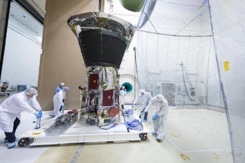 Ingenieros y Técnicos de la NASA y de la Universidad de Johns Hopkins haciendo pruebas a la Sonda Solar Parker. Crédito de la foto: Ed Whitman.